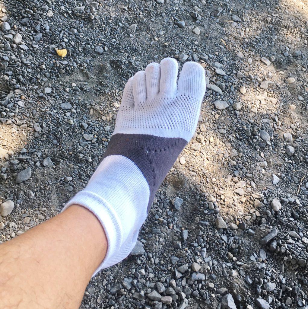 ランニング用五本指ソックスを履いた男性の左足
