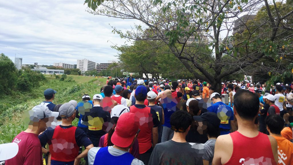 よこはま月例マラソンのスタートラインに並ぶ人たち