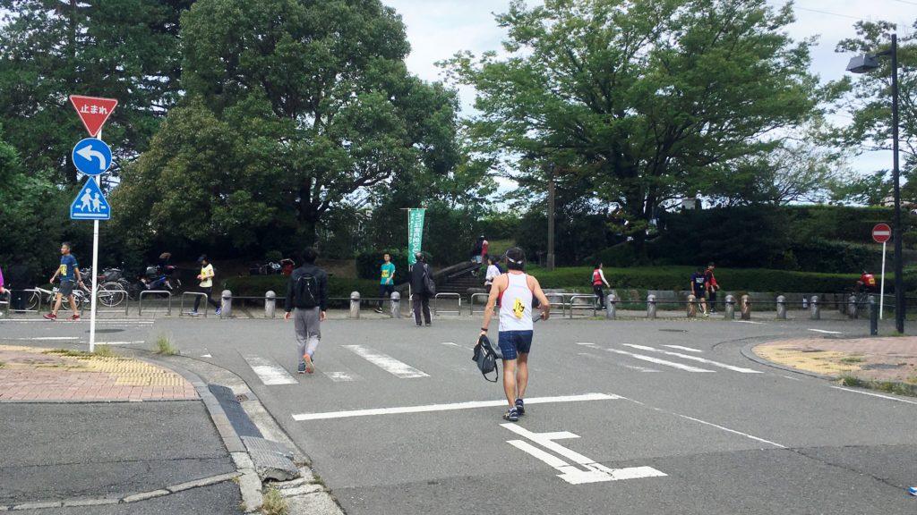 よこはま月例マラソン会場へ集まる人々