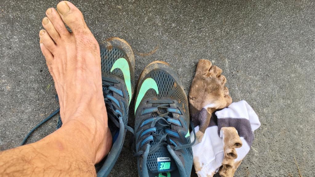 泥まみれの靴と靴下と足