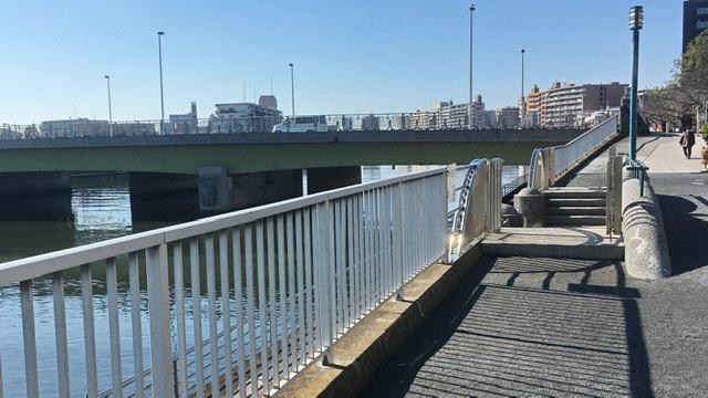 鶴見川河川敷へ降りる階段