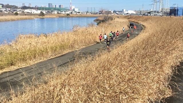 鶴見川河川敷を走るよこはま月例マラソンのランナー
