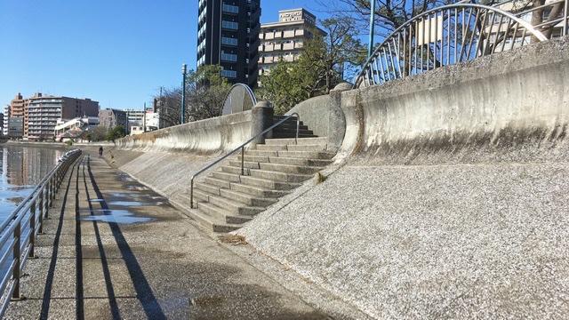 鶴見川右岸河川敷から土手へ上がる階段