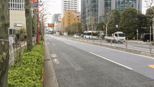 東京マラソン37km地点のNEC本社ビル前