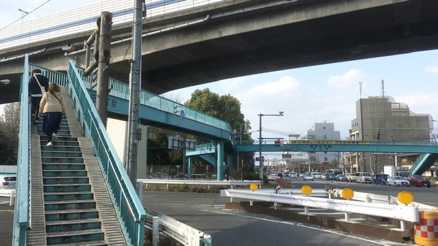 東名高速道路の東京インターの歩道橋