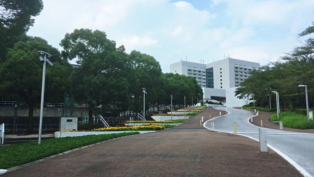 正門から望む中央大学多摩キャンパス