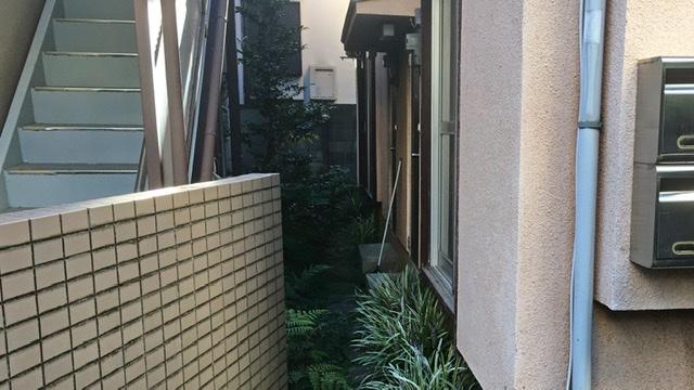 アパートと住宅の間の道