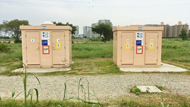 多摩川河川敷のトイレ