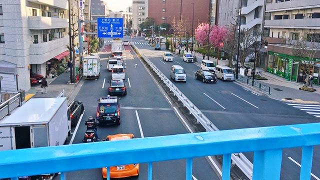 駒沢通りを歩道橋で渡る