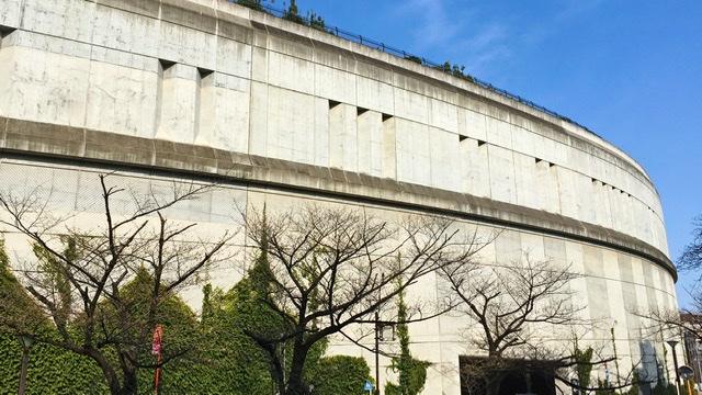 池尻大橋の目黒川沿いから見た天空庭園