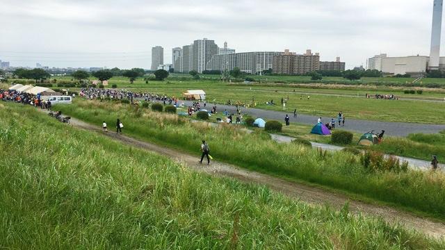 多摩川土手からのぞむ月例川崎マラソン会場