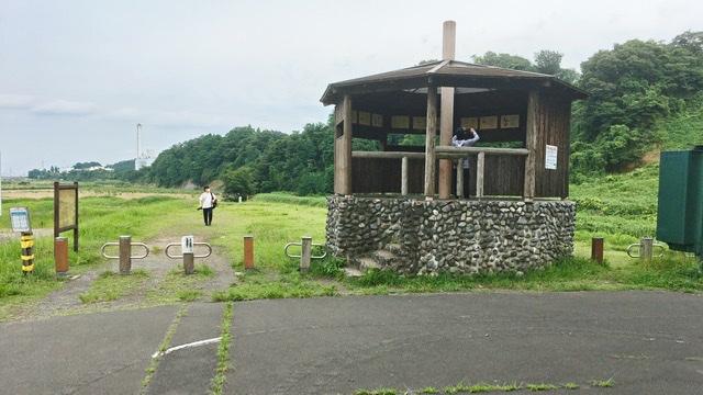 多摩川と大栗川の合流地点にある野鳥観察小屋