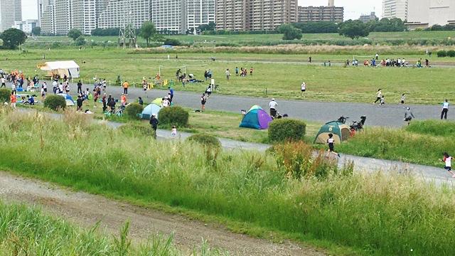 月例川崎マラソン会場で参加者が張ったテント群