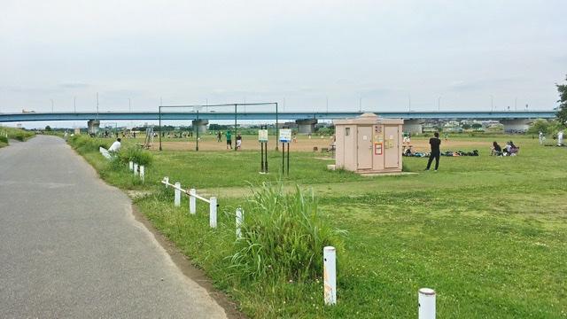 多摩川河川敷右岸の川崎市二子第1球場とトイレ