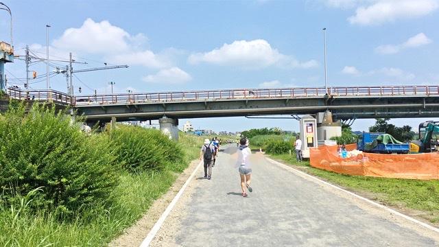 月例川崎マラソン5kmの部で下流から上流へガス橋をくぐるところ
