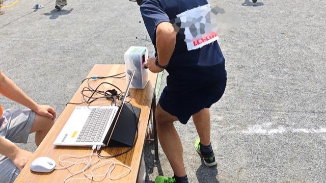 月例川崎マラソン5kmの部のスタート時にバーコードを読み取らせるランナー