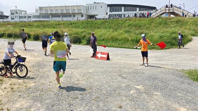 月例川崎マラソン5kmの部のスタート後、河川敷コースへ入るところ