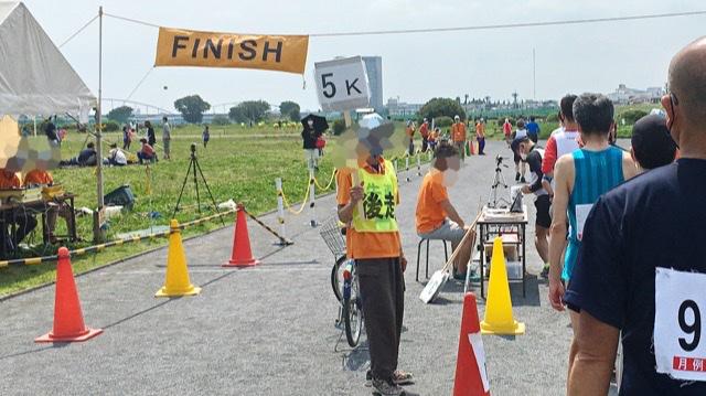 月例川崎マラソン5kmの部の看板を持つ係員