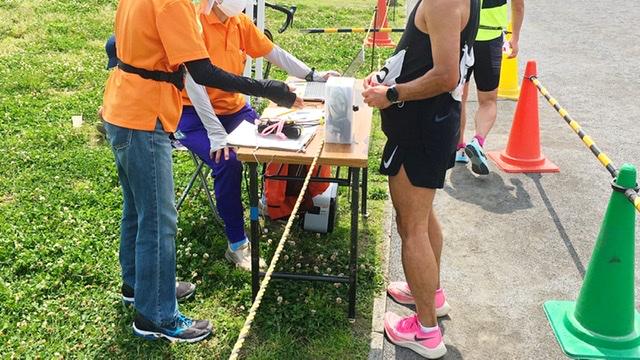 月例川崎マラソン5kmの部でゴール後、バーコードを読み取らせるランナー