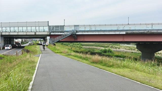多摩川河川敷右岸から見る東名高速