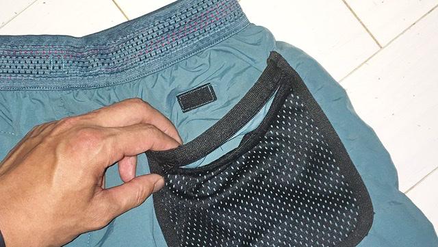 ワークマンの水陸両用パンツの右ヒップポケット口のマジックテープ