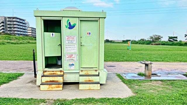 多摩川河川敷のトイレ・水飲み場