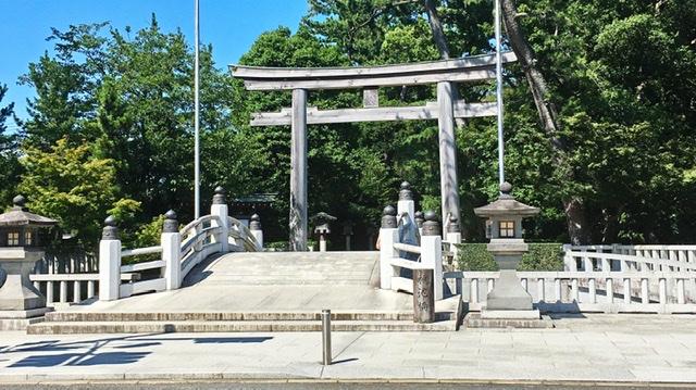 寒川神社の石鳥居と石橋