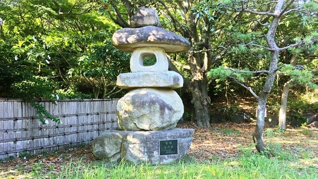 平塚市総合公園の日本庭園の石灯籠