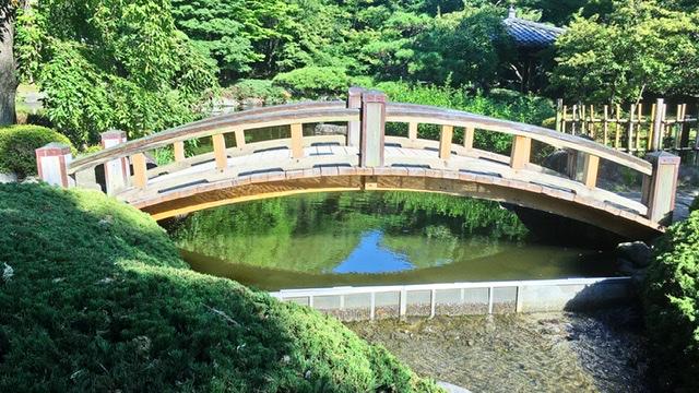 平塚市総合公園の日本庭園の橋