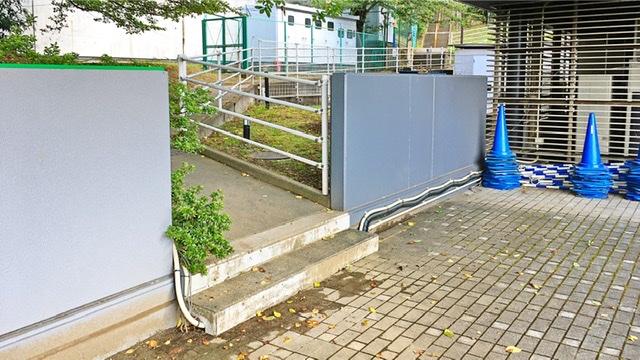 京王よみうりランド駅前「巨人への道」の入り口
